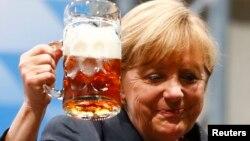 Angela Merkel, un toast după reuniunea electorală de la Dachau
