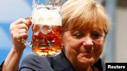 Ангела Меркель произносит тост после своего выступления во время предвыборного митинга в Баварии, 20 августа 2013