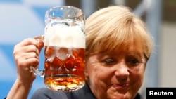 Angela Merkel pinë birrë gjatë një fushate zgjedhore në Gjermani