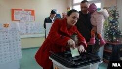 Луѓето гласаат на избирачкото место во Скопје, на предвремените парламентарни избори 2016 година