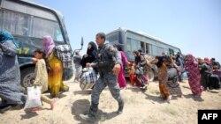 نیروهای ارتش در حال کمک به غیرنظامیانی که موفق به فرار شدهاند
