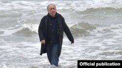 صحنهای از «حکایت دریا» با بازی بهمن فرمانآرا در نقش «طاهر»