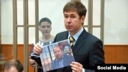 Адвокат Надежды Савченко Илья Новиков демонстрирует суду фотографию бывшего сотрудника АП РФ Павла Карпова