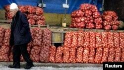 Një burrë duke ecur nëpër një treg në Prizren. Foto nga arkivi