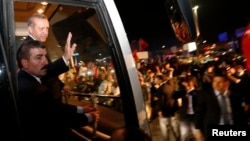 Режеп Тайып Ердоған әуежайда қолдаушыларымен амандасып тұр. Стамбул, 7 маусым 2013 жыл.