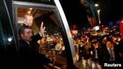 Թուրքիա - Վարչապետ Ռեջեփ Էրդողանը ողջունում է Ստամբուլի Աթաթուրքի անվան օդանավակայանում հավաքված իր աջակիցներին, 7-ը հունիսի, 2013թ.