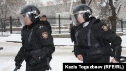 Резеңке тоқпақ ұстаған полиция, жасағы. Алматы, 17 желтоқсан 2011 ж. (Көррнекі сурет)
