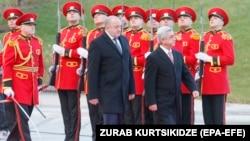 Վրաստանի նախագահ Գիորգի Մարգվելաշվիլին դիմավորում է պաշտոնական այցով Թբիլիսի ժամանած Հայաստանի նախագահ Սերժ Սարգսյանին, 25-ը դեկտեմբերի, 2017թ․