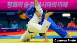 Казахстанский дзюдоист Елдос Сметов (в голубом) в финале на Азиатских играх в Южной Корее. 20 сентября 2014 года.