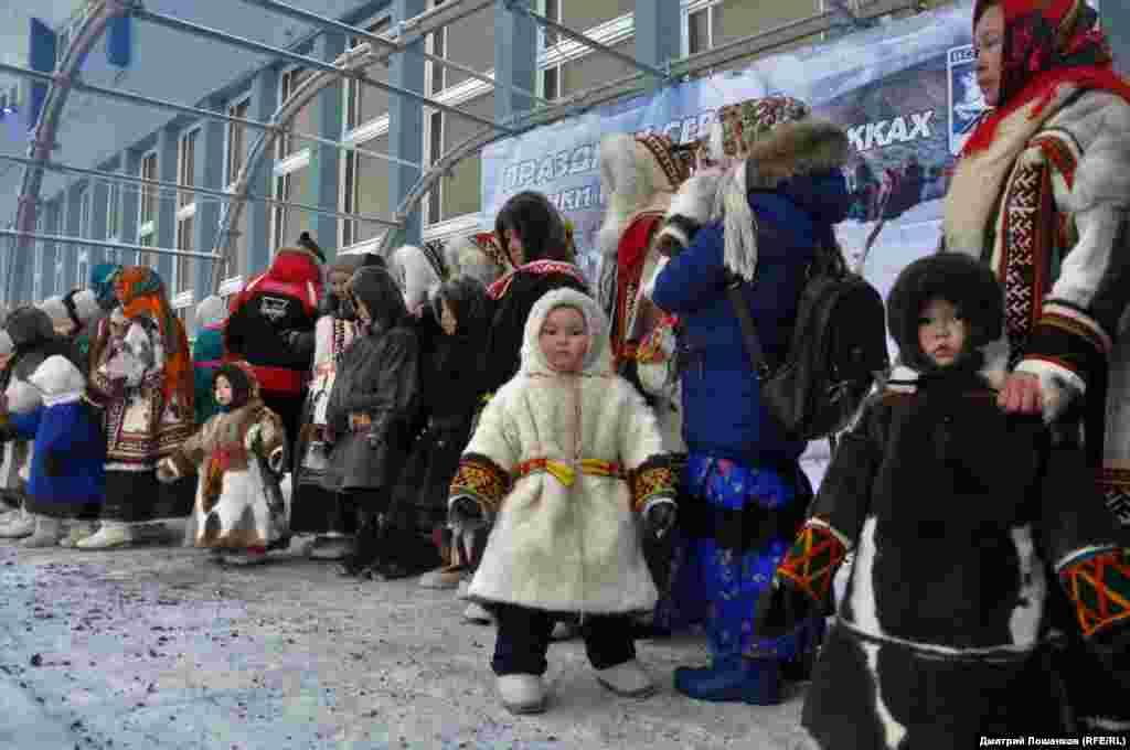 После заездов прошел ежегодный конкурс детских и женских национальных костюмов – хантов, ненцев и коми.