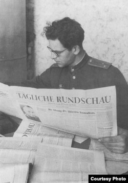 Ефим Эткинд, 1945
