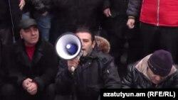 ԲՀԿ ակտիվիստ Արտակ Խաչատրյանը (ձախից երկրորդը) «Շրջանառության հարկի» դեմ ակցիաներից մեկի ժամանակ, 30-ը հունվարի, 2015թ.