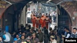 اعضای تیم بحران ملی هند در حال حرکت به سمت محل وقوع آتشسوزی، عکس از رویترز