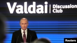 Владимир Путин выступает на Валдайском форуме