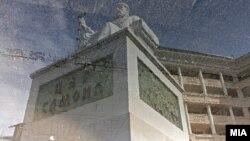 Одразот на споменикот на Цар Самоил во Скопје се гледа во вирче на плоштадот Македонија.