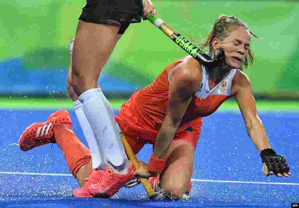 چوب هاکی بازیکن آرژانتینی در مسابقه هاکی بین تیمهای زنان هلند و آرژانتین با صورت بازیکن هلند برخورد میکند.