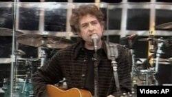 Боб Дилан поет в Гайд-парке в Лондоне, 1996