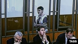 Надежда Савченко Ростов облысы Донецк қаласындағы сотта тұр. Ресей, 22 қыркүйек 2015 жыл.