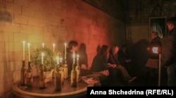 Свечи в первом зале PostPlayТеатра