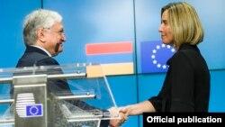 Эдвард Налбандян и Федерика Могерини на общей пресс-конференции. Брюссель, 23 мая 2017 года