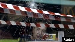 Скршен излог на ресторан на Мекдоналдс во Атина.