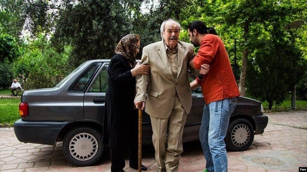 ولیالله شیراندامی هنگام ورود به جشن شب کارگردان که برای تجلیل از او و محمدعلی کشاورز در سال ۱۳۹۵برگزار شد