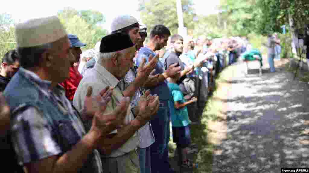 Попрощатися з Караметовим приїхали кримські татари з усього півострова