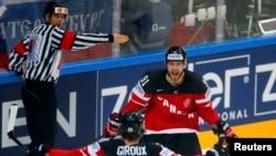 Канадский хоккеист Тайлер Сегин после забитой им в ворота россиян шайбы. Прага, 17 мая 2015 года.