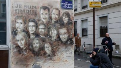 """Mural francuskog umetnika Kristijana Guemija, poznatijeg pod pseudonimom """"C215"""", sa portretima ubijenih karikaturista magazina Šarli Ebdo, nedaleko od redakcije magazina, Pariz"""