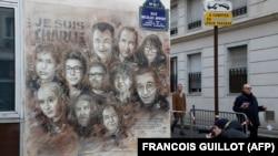 Umjetničko djelo francuskog uličnog umjetnika Kristijana Guemija koje prikazuje članove satiričnog časopisa Charlie Hebdo, oslikano na fasadu u blizini kancelarija časopisa u Parizu