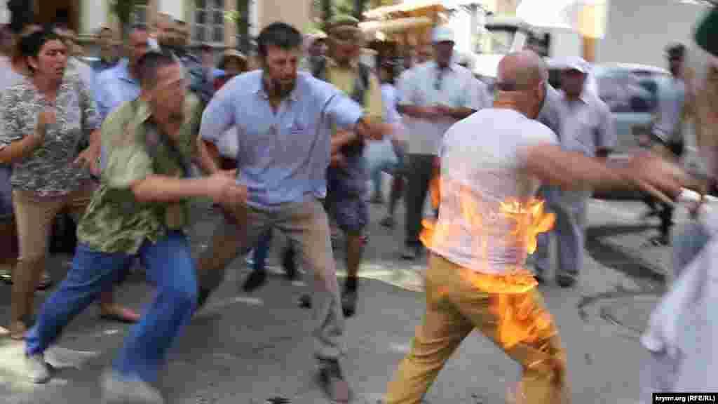 У центрі Сімферополя 3 серпня учасник акції протесту намагався вчинити акт самоспалення. Один із кримськотатарських активістів облив себе горючою рідиною і здійснив підпал, однак присутнім вдалося оперативно загасити одяг, що загорівся на ньому. Перед підпалом чоловік заявив, що здійснює акт самоспалення на знак протесту проти свавілля влади. Окупований Крим, Сімферополь, 3 серпня 2018 року. ВІДЕО ПРО ЦЕ