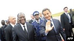 آلاسان واتارا، رئیسجمهور جدید ساحل عاج به همراه همتای فرانسویاش نیکولا سارکوزی در روز برگزاری مراسم تحلیف. ۲۱ مه ۲۰۱۱.