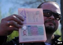"""Один из """"ночных волков"""" демонстрирует паспорт с аннулированной шенгенской визой"""