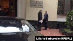 Mihai Ghimpu în discuţie cu Vlad Plahotniuc, înainte să intre la consultări