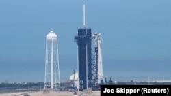 "SpaceX-ის ხომალდი ""Crew Dragon"" ""Falcon 9-ზე გაფრენამდე, აშშ, ფლორიდა"
