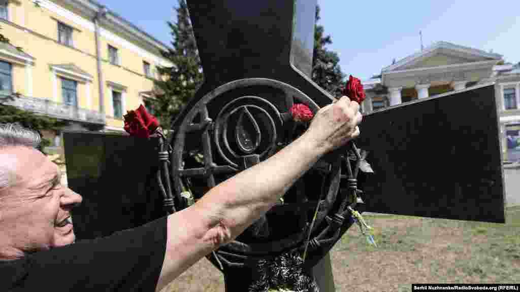 Собравшиеся возложили цветы к Кресту репрессированным
