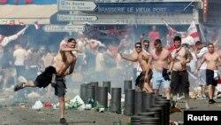 Sukobi policije i navijača nakon utakmice Engleske i Rusije