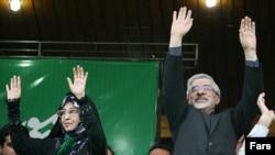 میرحسین موسوی، از رهبران مخالف در ایران، همراه با زهرا رهنورد از بهمن ماه ۱۳۸۹ در حصر خانگی هستند.
