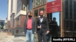 Фарит Закиев и адвокат Алексей Златкин у входа в здание Верховного суда
