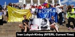 Активісти вийшли з банерами «Свободу Сенцову» та «Крим – це Україна»