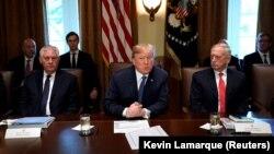 Дональд Трамп (ц) на заседании своего кабинета в Белом доме, Вашингтон, 1 ноября 2017 год