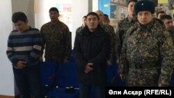 Подсудимые майоры Кайнарбек Тастамбеков и его помощник Каиргали Оразжанов. Актобе, 18 января 2017 года.