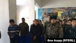 Ұлттық гвардияның 6655-әскери бөлімінің майорлары Қайырғали Оразжанов (сол жақта) пен Қайнарбек Тастамбеков (алдыңғы қатарда екінші тұр) өздеріне шыққаған сот үкімін тыңдап тұр. Ақтөбе, 18 қаңтар 2017 жыл