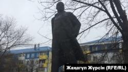 Ақтөбе орталығындағы Ленин ескерткіші. 7 қараша 2017 жыл.
