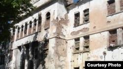 """Одно из зданий, где, по заявлению """"Мемориала"""", находилась незаконная тюрьма в Октябрьском районе Грозного (съемки 2006 года)."""