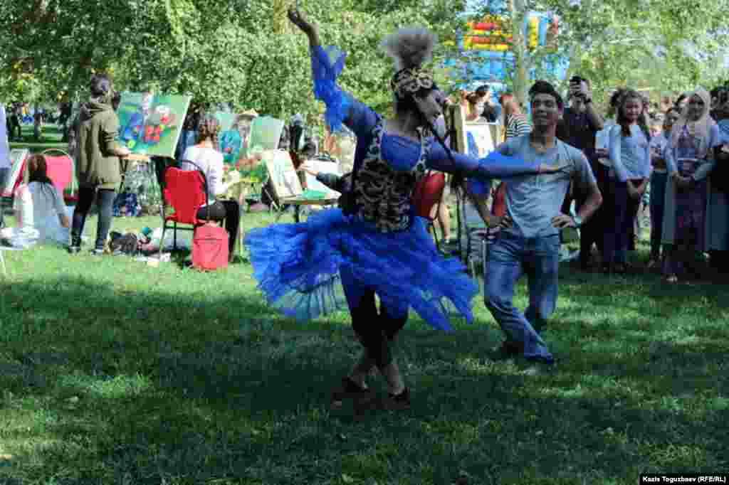 Народные танцы в День города.
