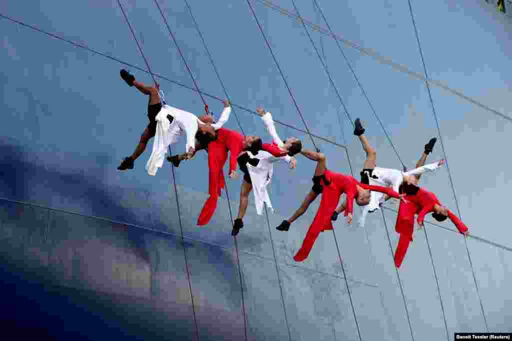 Група танцораў выступае падчас cпуску кантэйнернага судна ў Гаўры, Францыя, 6 верасьня.