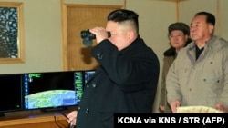 Лідер Північної Кореї Кім Чен Ин спостерігає за випробуванням балістичної ракети, 12 лютого 2017 року