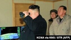 کیم جونگاون، رهبر کره شمالی در حال نظارت بر یکی از آزمایشهای موشکی اخیر آن کشور است؛ بهمن ۱۳۹۵