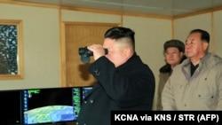 Солтүстік Корея президенті Ким Чен Ын зымыран сынағын бақылап тұр. 12 ақпан 2017 жыл.